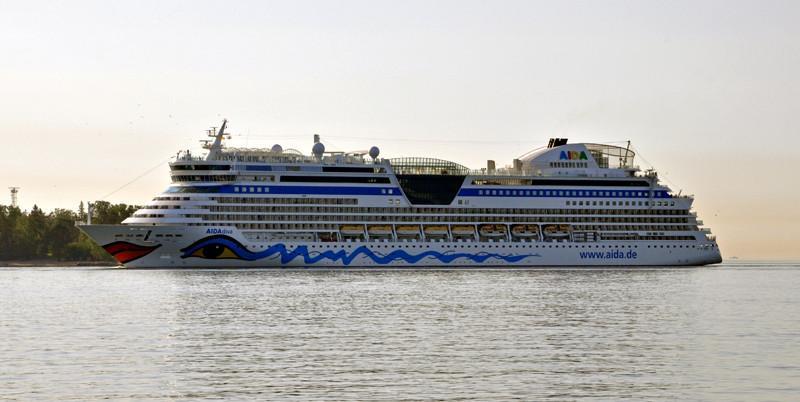 AIDA DIVA. Rakennettu 2007, Meyer Werft, Saksa. 252x32m. Syväys 7,3m. Pääkoneet 4x MaKM43C, 25000 KW. Ankkurit 3 kpl, 12300 kg. Ankkuriketju 687,5m. Aida Cruices, Saksa. Lippu: Italia