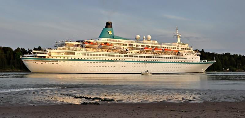 ALBATROS. Rakennettu 1973, Wärtsilä Suomi. 205x27m. Syväys 7,5m. Pääkoneet 4x Wärtsilä 6L38A, 13420 KW. Nopeus 21,5 solmua. Omistaja: Albatros Shipping. Operointi: V Ships Leisure Sam. Phoenix Reisen. Lippu: Bahama