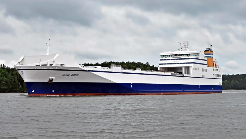 """BORE SONG. Rakennettu 2011 Saksassa Flensburger Schiffbau-Gesellschaftin telakalla . 195x26m. Syväys 7,4m. Pääkone Wärtsilä 12V/46, 12000 KW. Autokansitila 4375 m2. Boren uudisrakennukset pystyvät kuljettamaan huomattavasti enemmän rahtia kuin muut vastaavankokoiset laivat. Varustamo on patentoinut keksintönsä ja kutsuu uusia aluksiaan nimellä """"Ro-Flex"""". Lippu: Suomi"""