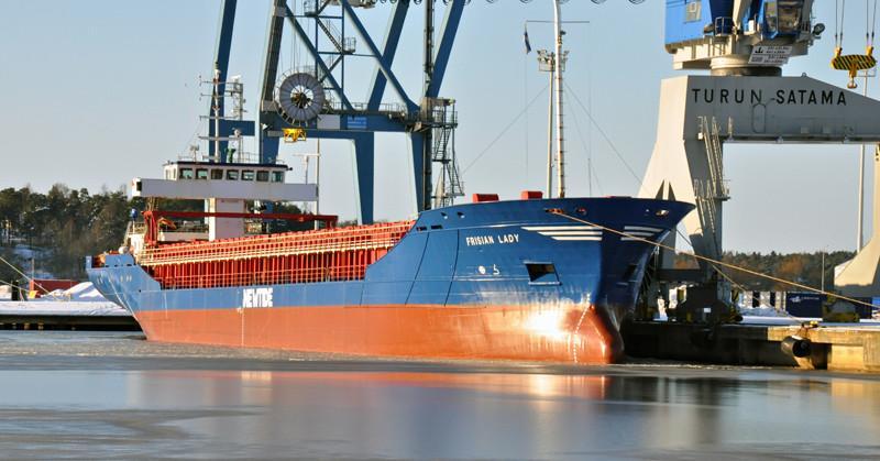 FRISIAN LADY. Rakennettu 2002, Hollanti. 104x15m. Syväys 5,5m. Pääkone MAK 6M32 C 2880 kW. Lastikapasiteetti 7200 m3. Omistaja: Boomsma Shipping, Hollanti. Lippu: Hollanti.