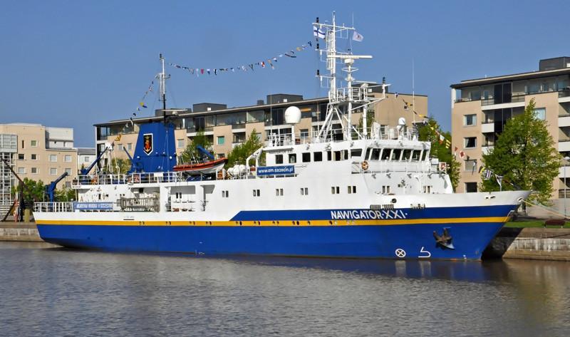 NAWIGATOR XXI. Rakennettu 1998. 60x10m. Syväys 3,2m. Puolan merenkulun yliopiston koululaiva. Koulu on yksi parhaimmin varustetuista merenkulun yliopistoista koko maailmassa, jossa on kolme tiedekuntaa: nvigointi, konetekniikka ja talous. Omistaja: Szczecin Marine Academy, Poland. Lippu: Puola