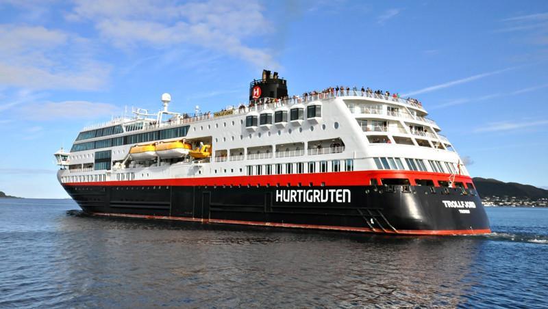 TROLLFJORD. Rakennettu 2002, Norja. 133x30m. Pääkoneet 2x Wärtsilä 9L32 8280 KW. Hurtigruten. Lippu: Norja.