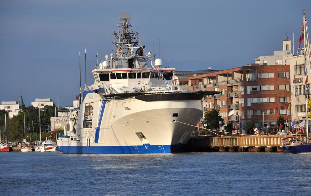 TURVA. Rakennettu 2013, Rauma, Suomi. 96x17m. Nopeus 18 solmua. Paaluveto 100 t. Ulkovartiolaivaa käytetään rajavalvontaan, meripelastukseen, ympäristönsuojeluun ja luonnonvarojen valvontaan, öljyntorjuntaan avomerellä sekä viranomaisyhteistyöhön. Kerätyn jäteöljyn säiliö 1000 m3, kemikaalitankki 200 m3. Polttoaineena LNG, ja diesel.