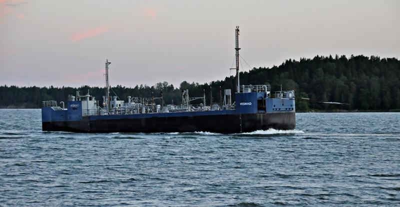 Vesikko. Öljyntorjuntaproomu, johon voidaan kerätä 1200 m3 öljyä.