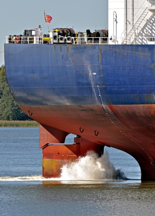 Tässä suuren tankkerin peräsin. Suurin teho peräsimeen saadaan potkurivirrasta. Peräsimen pinta-ala on n. 2 % aluksen vedenalaisesta pinta-alasta.